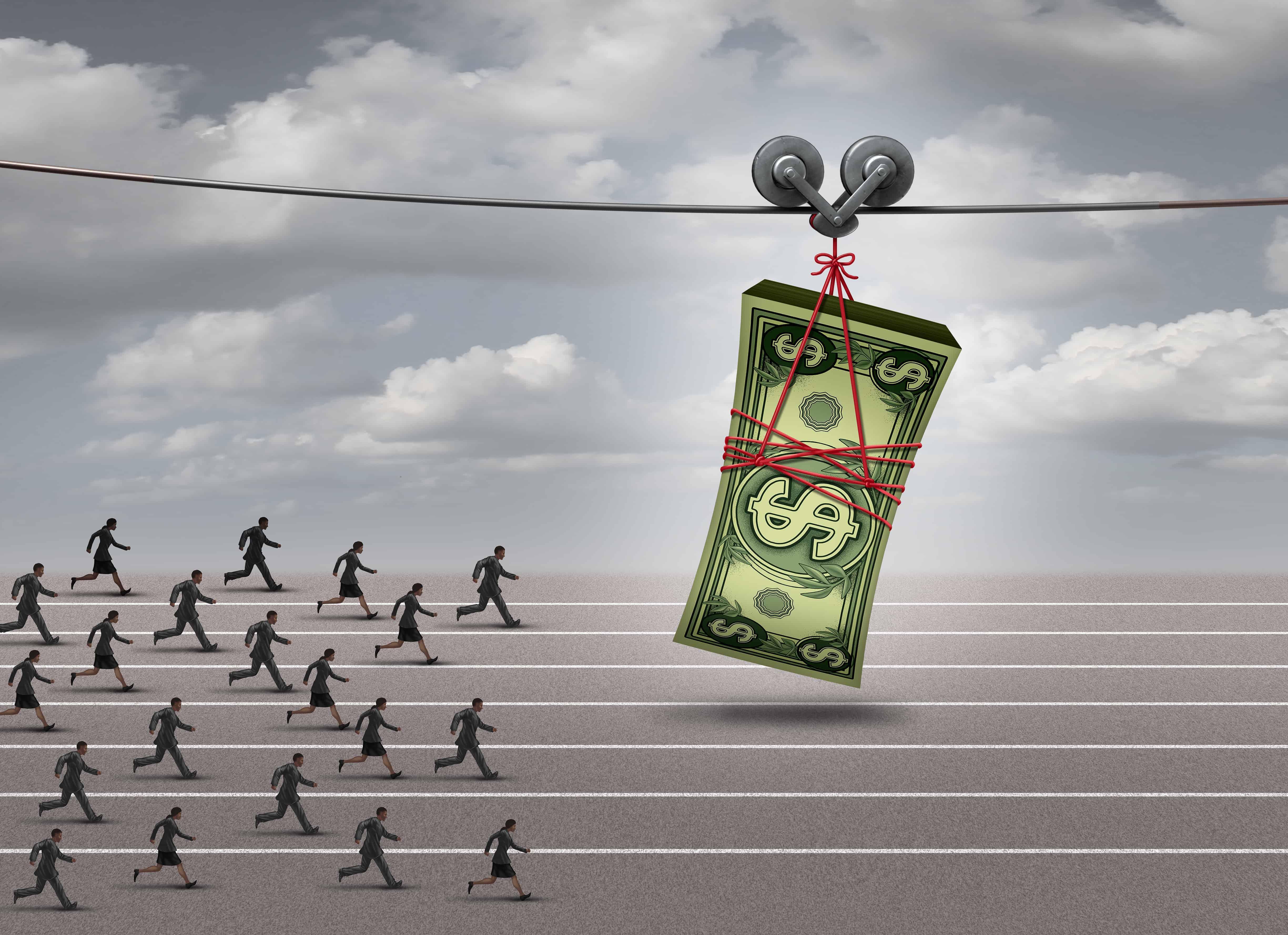 Ein Geldbündel läuft, an einem Seil hängend, vor Menschen her und lockt sie. Motivation im Vertrieb. Prämien und Incentives.