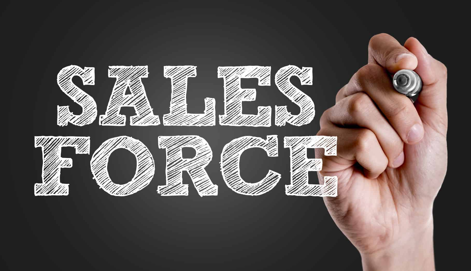 Eine Hand schreibt den Text Sales Force. Für Spitzenleistungsteams