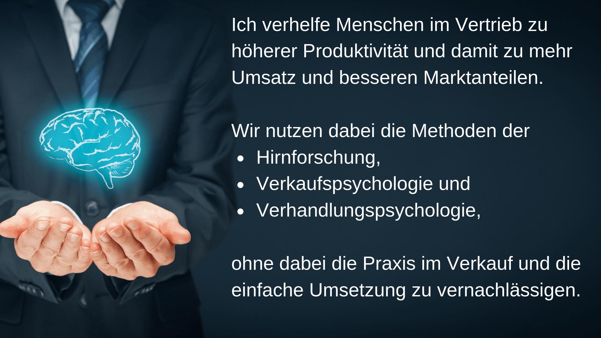 Ein Mann hält ein Gehirn in der Hand. Hirnforschung-Verkaufspsychologie-Verhandlungspsychologie-Vertrieb-Verkaufen